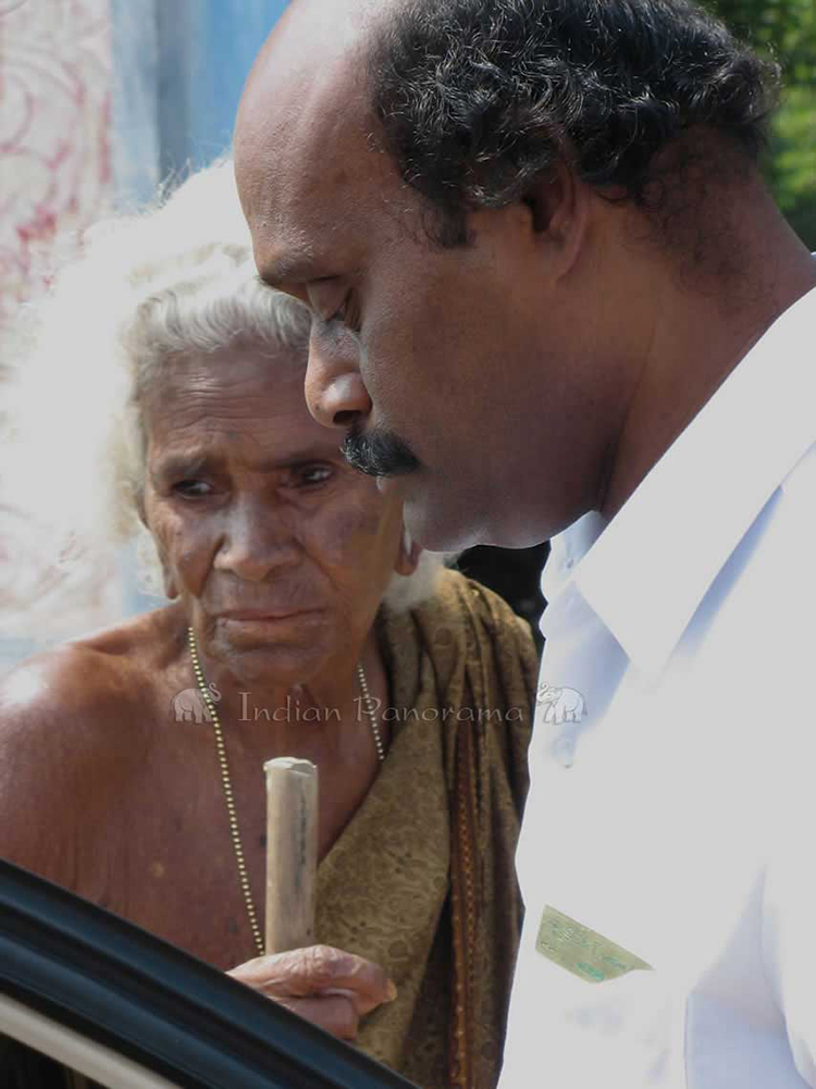 Mohan, an Indian Panorama driver with old Indian lady